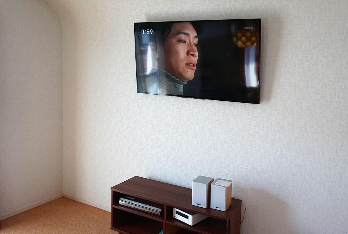 春日井市での壁掛け工事施工例 局面を描く屋根と壁との間にテレビを設置しました
